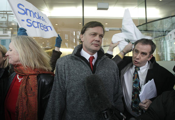 British investigative reporter Brian Deer (R) confronts British Doctor Andrew Wakefield (C) as he arrives with his wife Carmel (L) at the General Medical Council (GMC) in central London, on January 28, 2010.
