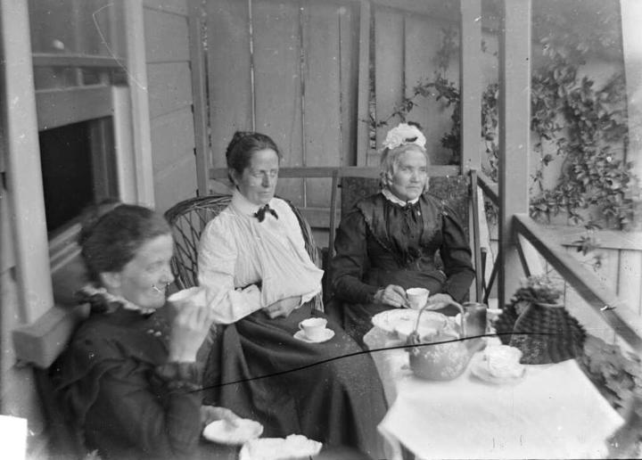 Older women led the trend for Southlanders to only roll the letter R after a vowel (the postvocalic R). This archive photo shows Amy Kirk, Sarah Jane Kirk, and another woman taking tea on a verandah sometime between 1895-1915