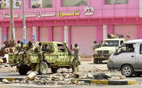 Sudanese soldiers stand guard a street in Khartoum on June 9, 2019. - Sudanese police fired tear gas Sunday at protesters