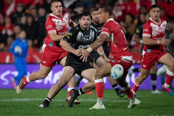 Kotoni Staggs (R) looks on as Kiwis hooker Brandon Smith sets up a try for Roger Tuivasa-Sheck.
