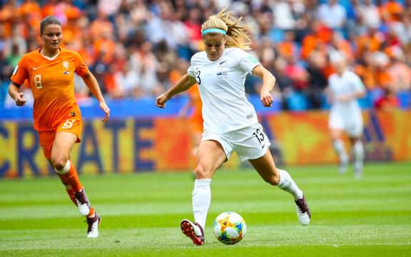 Rosie White ( NZL ) vs Sherida Spitse ( Pays Bas ) New Zealand Football Ferns v Netherlands. FIFA Women's World Cup Group E match at Stade Océane, Le Havre, France on 11 June 2019. Copyright photo: panoramic / www.photosport.nz