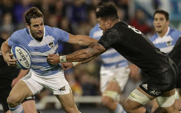 Argentina's Los Pumas flyhalf Nicolas Sanchez (L) vies for the ball with New Zealand's All Blacks Ardie Savea (R) during their Rugby Championship match at Jose Amalfitani stadium on September 29, 2018.