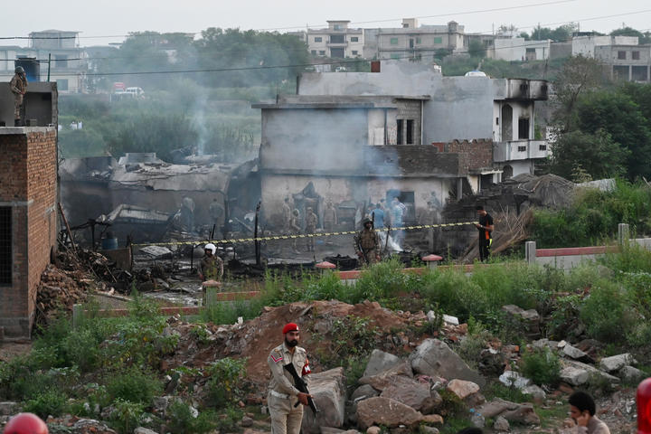 Military personnel work at the scene where a Pakistani Army Aviation Corps aircraft crashed in Rawalpindi on July 30, 2019. - Fifteen people were killed when a small plane crashed into a residential area in the Pakistani city of Rawalpindi near the capital Islamabad. (Photo by AAMIR QURESHI / AFP)
