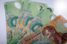 NZ twenty and five dollar notes.