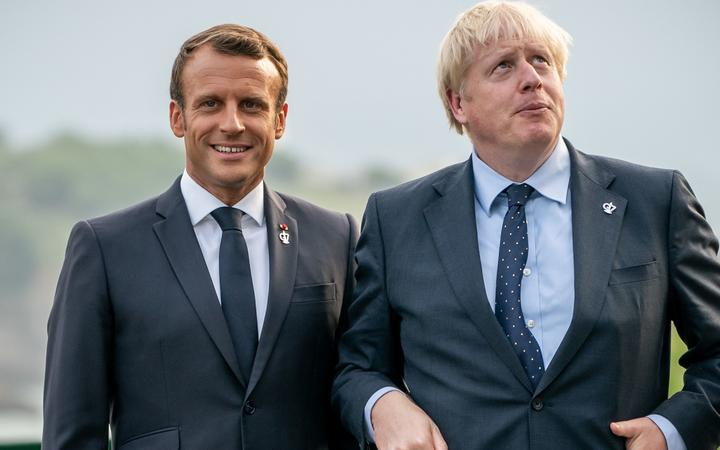 24 August 2019, France (France), Biarritz: Emmanuel Macron (l), President of France, welcomed Boris Johnson, Prime Minister of Great Britain, before the start of the summit.