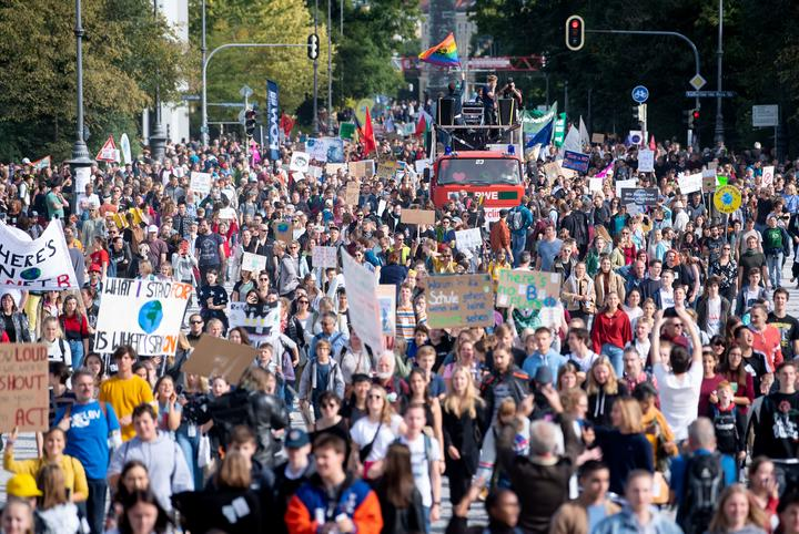 20 September 2019, Bavaria, Munich: Numerous people take part in a demonstration. The demonstrators follow the call of the movement Fridays for Future and want to fight for more climate protection.