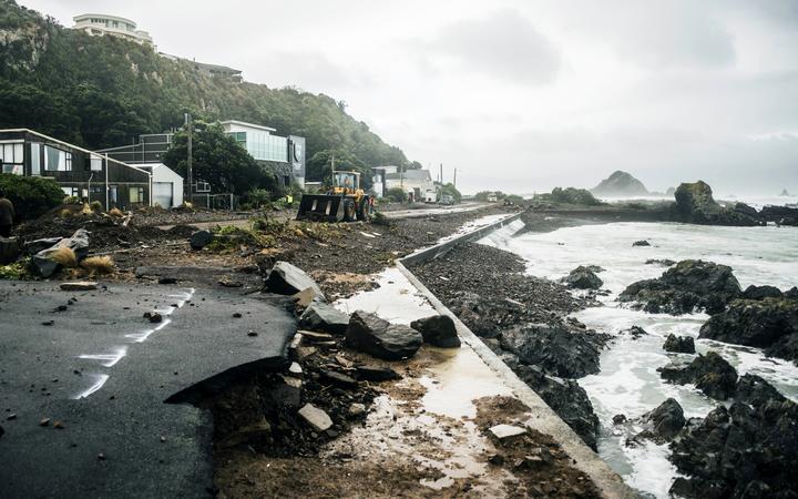 Daño de tormenta a lo largo de la Explanada, Owhiro Bay, Wellington, 2013.