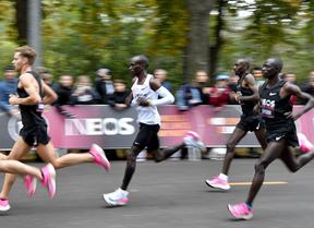 Kenya's Eliud Kipchoge (white jersey) runs during his attempt to bust the mythical two-hour barrier for the marathon on October 12 2019 in Vienna.
