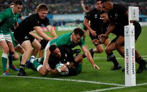 New Zealand's scrum-half Aaron Smith (C) scores a try during the Japan 2019 Rugby World Cup quarter-final match between New Zealand and Ireland at the Tokyo Stadium in Tokyo on October 19, 2019. (Photo by Odd ANDERSEN / AFP)