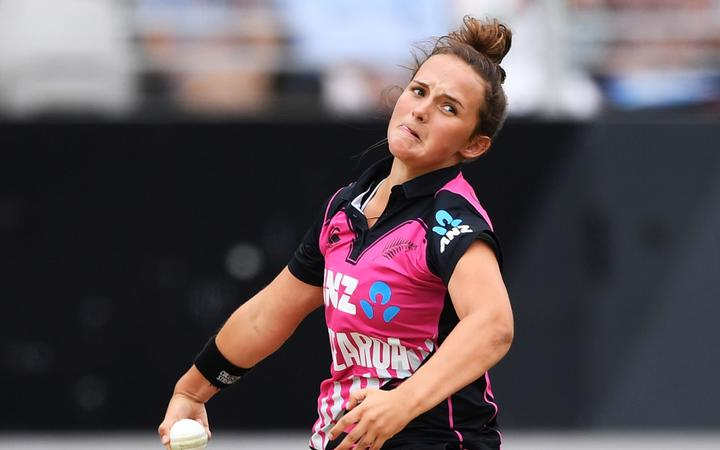 Bowling Amelia Kerr.
