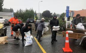 Volunteers from Kai Whakapai arrived at 9am to get free sand bags from Dunmore St car park.