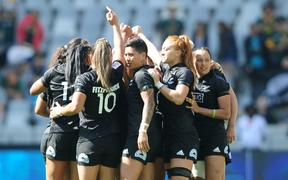 New Zealand women's rugby sevens team huddle.