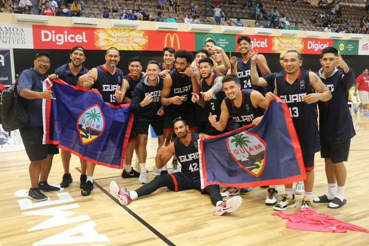Guam merayakan medali emasnya di Pacific Games 2019.