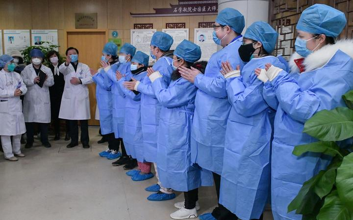 (200206) -- WUHAN, Feb. 6, 2020 (Xinhua) -- Doctors speak with cured novel coronavirus pneumonia patients in Wuhan, central China's Hubei Province, Feb. 6, 2020.