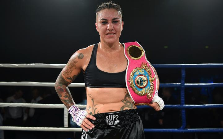 Geovana Peres shows off her WBO World Title belt.