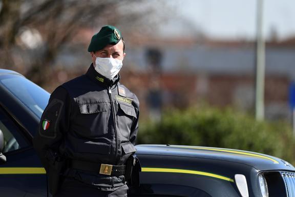 Officier de police italien à un poste de contrôle dans la petite ville de Zorlesco, au sud-est de Milan, le 26 février 2020.
