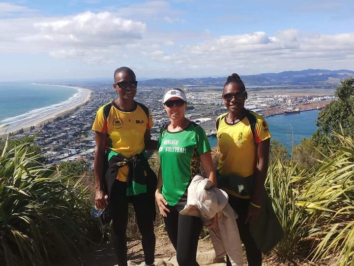 Peraih medali emas Pacific Games Miller Pata dan Sherysyn Toko bersama Presiden Bola Voli Vanuatu Debbie Masauvakalo.