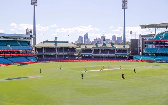Australia y Nueva Zelanda juegan un partido de ODI en un campo de cricket vacío de Sydney.
