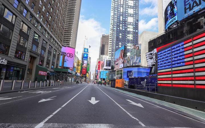 View of empty streets in the Times Square region of New York in the United States this Tuesday, 17th. An outbreak of Corona Virus (COVID-19) has affected the city's routine.