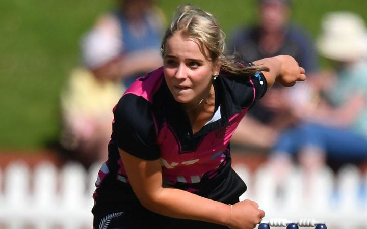 Jess Kerr bowls for the White Ferns.