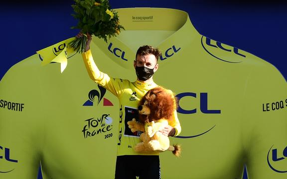 Adam Yates takes up the Tour leader's yellow jersey after Stage 5.