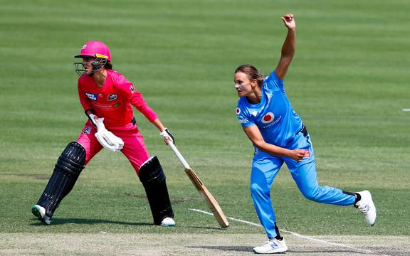 Marizanne Kapp of the Sixers and Suzie Bates of the Strikers. Big Bash 2019.