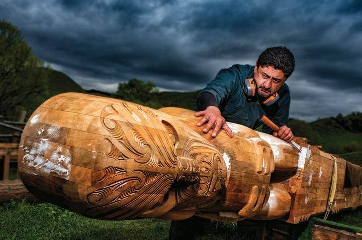 Kereama Hohua carefully shapes the new Toi Kai Rākau pouwhenua to be placed at Kohi Point. The pouwhenua is made of native kauri.