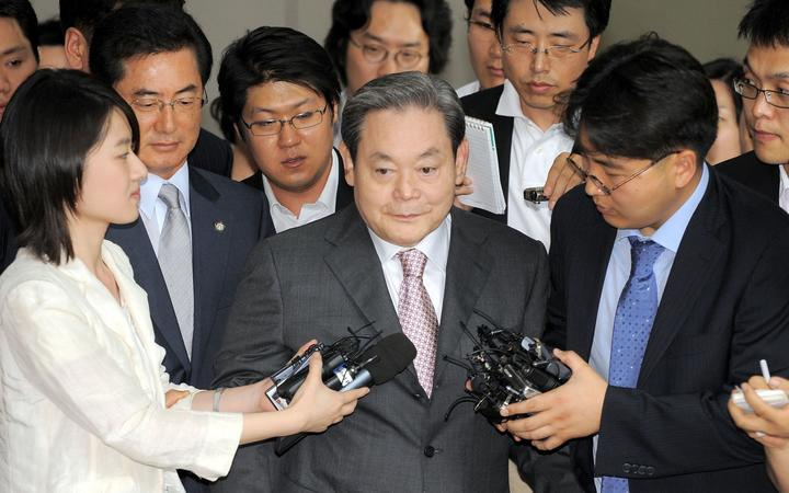 Former Samsung group chairman Lee Kun-Hee (C) is surrounded by reporters as he leaves a court in Seoul on July 16, 2008 after receiving a three-year suspended prison sentence.