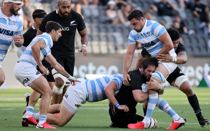 Argentina's Julian Montoya (C) and Guido Petti (R) tackle New Zealand's Sam Whitelock during the 2020 Tri-Nations rugby match between the New Zealand and Argentina at Bankwest Stadium in Sydney on November 14, 2020.