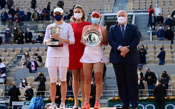 Winner Iga Swiatek and runner up Sofia Kenin at the women's singles final at the French Open Roland Garros 2020.