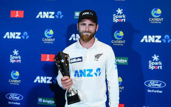 Kane Williamson of the Black Caps receives the man of the series trophy. Pakistan 20-21.
