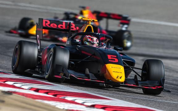 Лиам Лоусон, номер 5 Hitech Grand Prix, выступает во время предсезонных тестов чемпионата FIA Formula 3 на международной трассе Бахрейна 1-3 марта 2020 года.