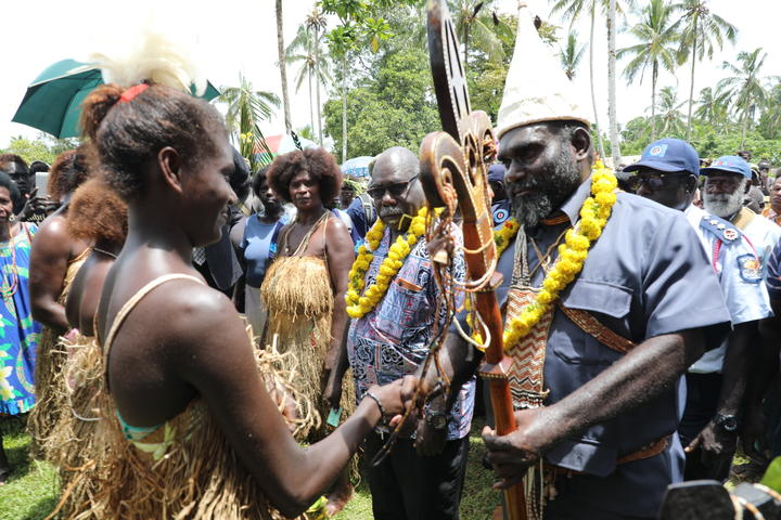 Bougainville President Ishmael Toroama (right) meets members of the Tonu community at a reconciliation ceremony, 22 January 2021.