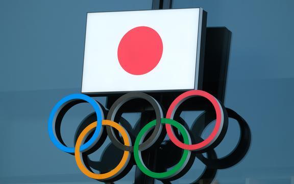 (Dosyalar) 15 Kasım 2020'de çekilen bu dosya fotoğrafında Japon Olimpiyat Komitesi'nin logosu Tokyo'daki Japonya Olimpiyat Müzesi'nin girişinde sergileniyor.
