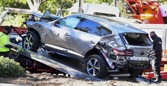 Une dépanneuse récupère le véhicule conduit par le golfeur Tiger Woods à Rancho Palos Verdes, en Californie.