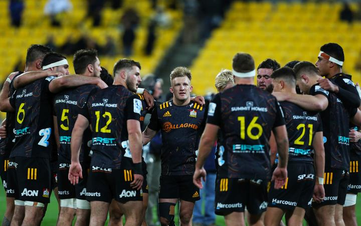 Damian McKenzie & dejected Chiefs team.