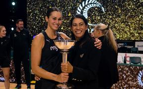 Ameliaranne Ekenasio and Dame Noeline Taurua Coach of the Silver Ferns with the Constellation Cup. 2021.