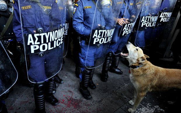 Sausage, the dog famous for appearing at anti-austerity protests at the height of Greece's debt crisis, has died.