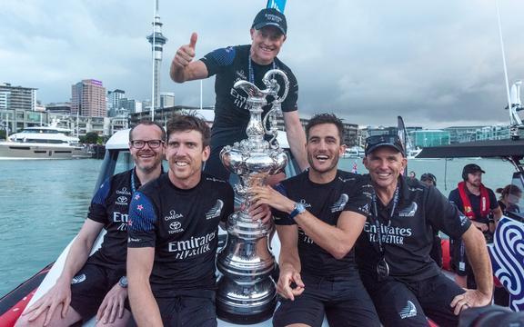 El equipo de Nueva Zelanda Dan Bernicconi, Peter Burling, Glenn Ashby, Blair Talk y Ray Davis con la Copa América tras vencer al Luna Rossa.