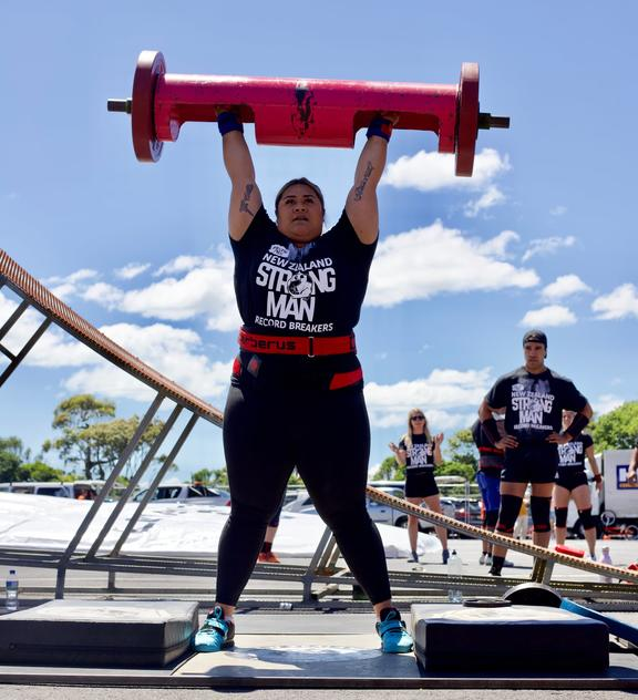 Hakeai lifts 107.5kg log at the 2020 New Zealand Strongman Record Breakers competition.