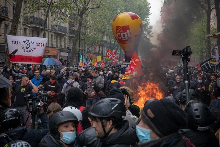 Paris'teki 1 Mayıs yürüyüşünün başında protestocular ve polis arasında çatışma çıktı.
