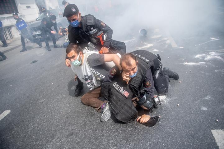 Türk polisi, İstanbul'da Taksim Meydanı'nda yürümeye çalışan protestocuları tutukladı.