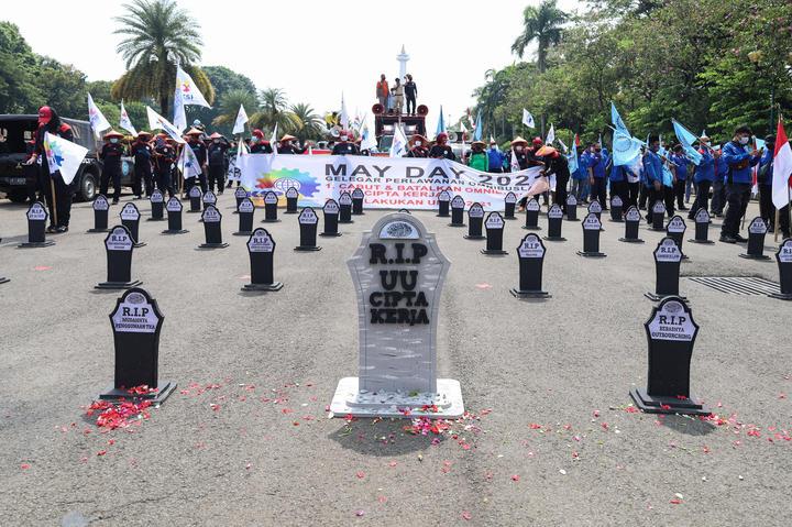Uluslararası İşçi Bayramı münasebetiyle Jakarta sokaklarına mezar taşları dikildi.