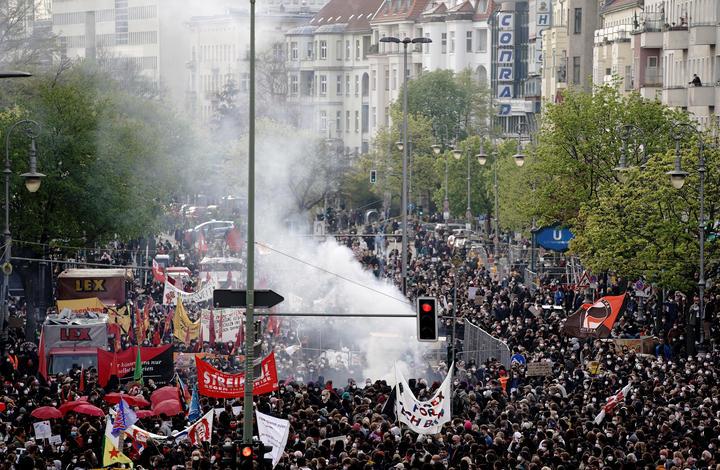 Protestocular, Covid-19 kısıtlamalarına aykırı protestoların düzenlendiği Berlin'de yürüyor.