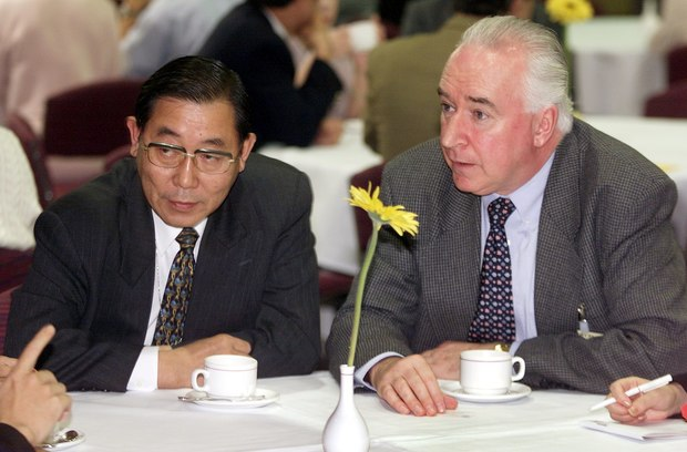 Jim McLay (R) speaks with Japan's Commissioner to the International Whaling Commission Minoru Morimoto during talks in Australia in July 2000.