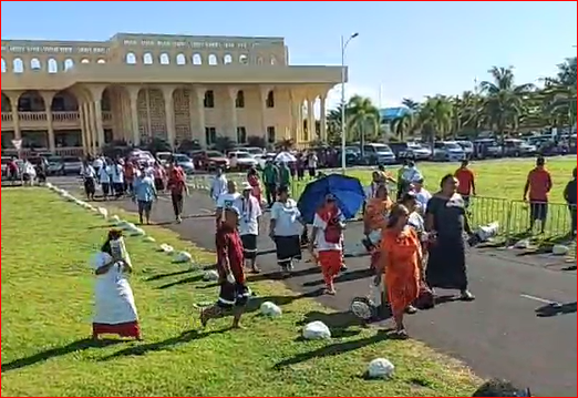Crowds outside Samoa's Supreme Court head to parliament, where the Speaker has refused to convene the house amid a constitutional crisis. 24 May 2021