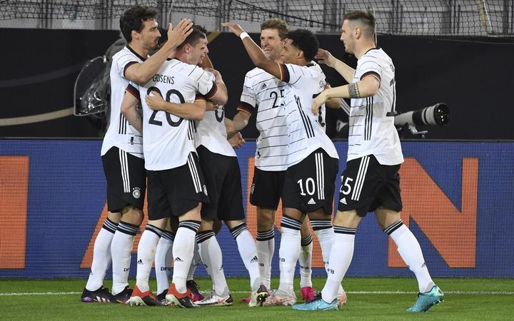 Duitsland viert het scoren van Florian Neuhaus in hun voorronde voor Euro 2020 tegen Denemarken in Innsbruck / Tivoli Stadiumi