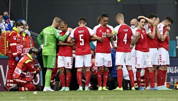 Матч чемпионата Европы по футболу 2020 года, группа B, Финляндия - Дания, на стадионе Паркен в Копенгагене.  Кристиан Эриксен из Дании потерял сознание во время матча и получил кардиологическое лечение, прежде чем его доставили в больницу.