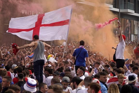 Los fanáticos de Inglaterra animan a su equipo fuera de Wembley antes del partido de fútbol final de la UEFA EURO 2020 entre Inglaterra e Italia