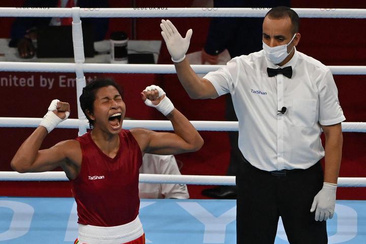 Lavlina Borgohain de India celebra su victoria sobre Neon-Xin Chen de Chinese Taipei en los cuartos de final de soldador femenino.